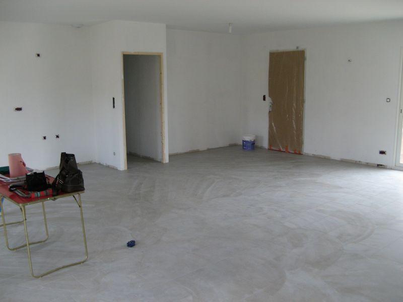 Pose du carrelage at maison en construction for Annuler offre achat maison