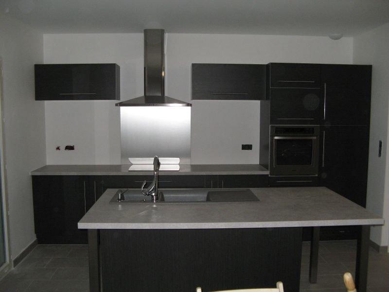 pose de la cuisine at maison en construction. Black Bedroom Furniture Sets. Home Design Ideas